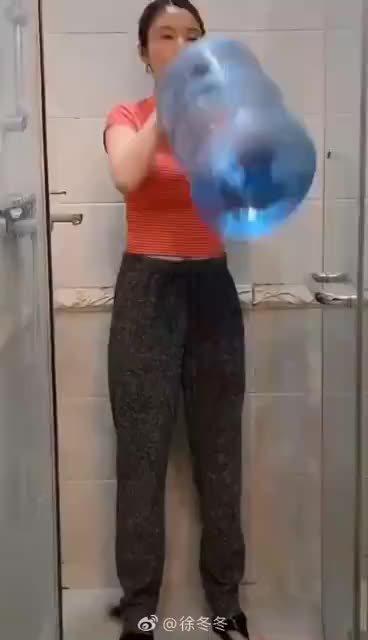 视频中,徐冬冬抱过饮水桶畅快痛饮,而后干脆利落放下水桶