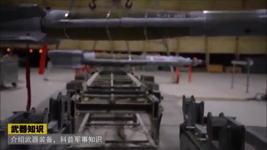 美军展示机械师吊装激光制导武器