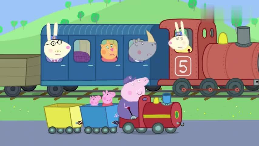 小猪佩奇:猪爷爷的小火车太成功了,还能跟着大火车走,好棒呀
