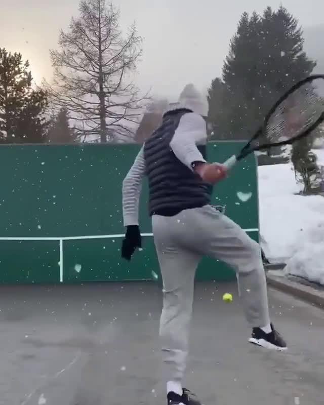 费德勒雪中打网球,胯下击球玩起来!此前