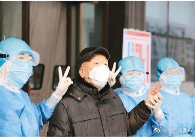 人民日报有品质的新闻图为一名患者(左二)出院前与医护人员合影留念