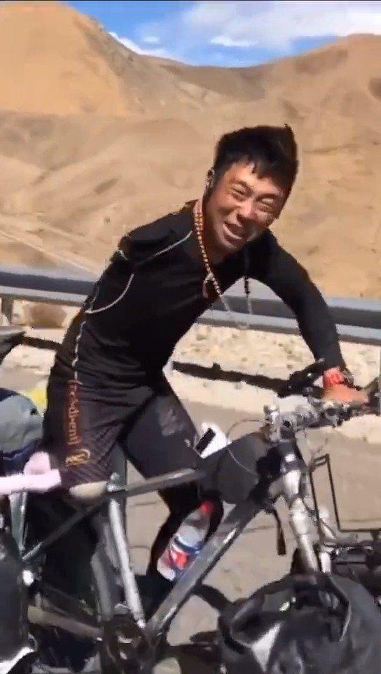 他叫锅少宇,1993年出生,因为高压触电事故失去了右侧胳膊和腿