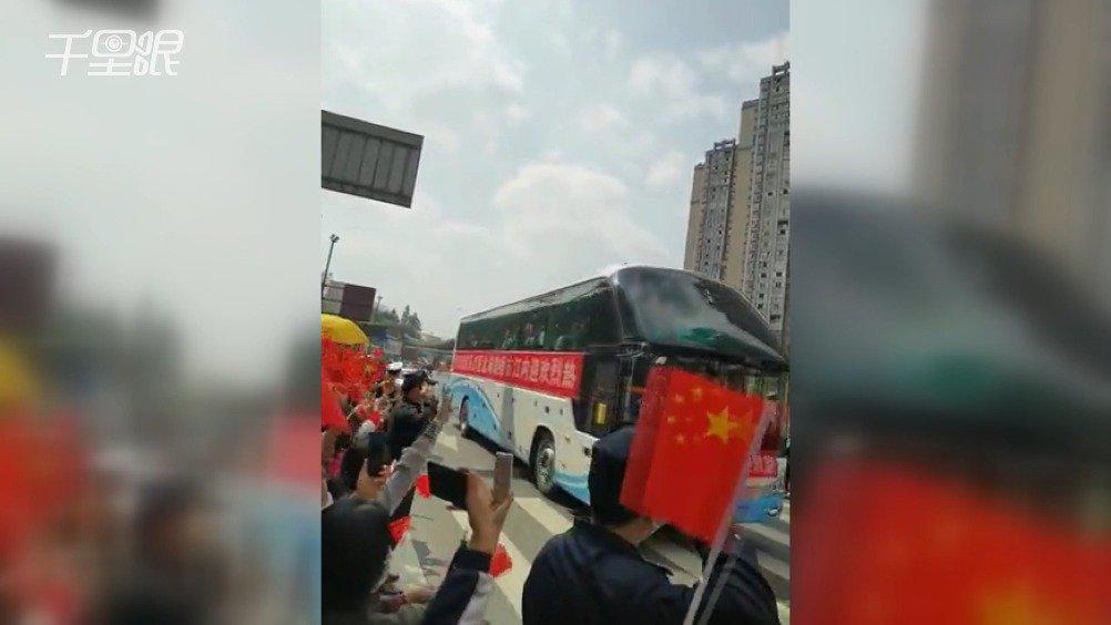"""内江赴武汉抗疫医疗队回家市民们拉横幅高声呼喊""""欢迎回家"""""""