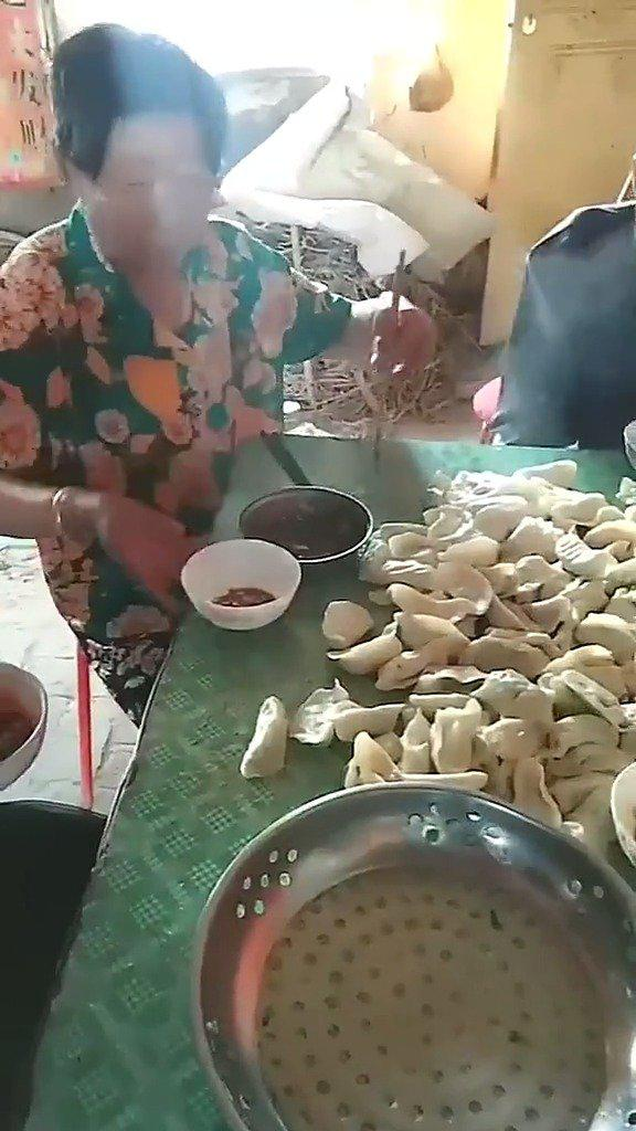 网友求助:婆婆吃东西都是直接倒桌子上