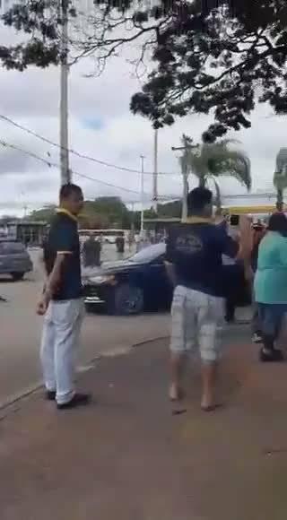 巴西总统不支持隔离,街头吃烧烤践行不隔离主张