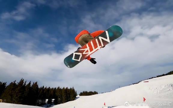 来看滑雪大神的自由飞翔吧!看高玩的操作就是赏心悦目啊!