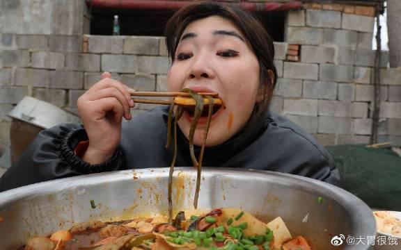 今天吃最爱的四川冒菜,麻辣可口分量足,一人吃一盆真过瘾!