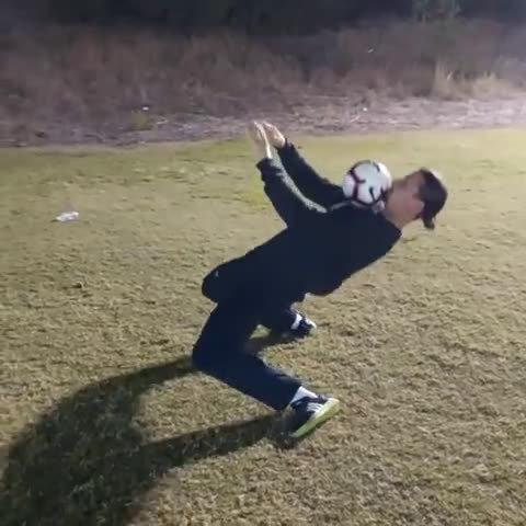 伊布贴出一段视频,做出标志性的极限胸部停球,他身体向后倾斜