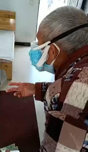 大爷应该是个大户人家不缺口罩,但您戴这么多个能呼吸顺畅吗?