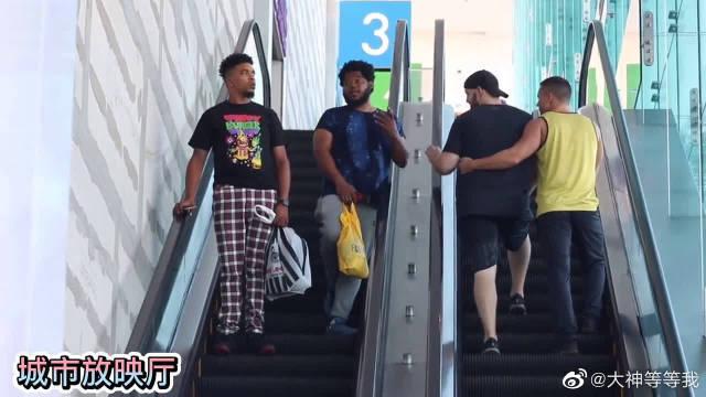 外国恶搞,在搭扶梯时偷摸陌生人,会有怎样的反应?