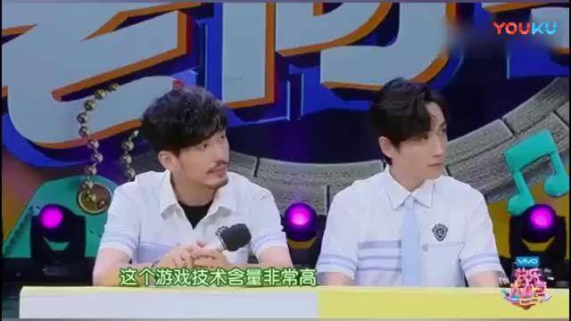 朱一龙和杜海涛在扳手腕,看吧海涛憋的