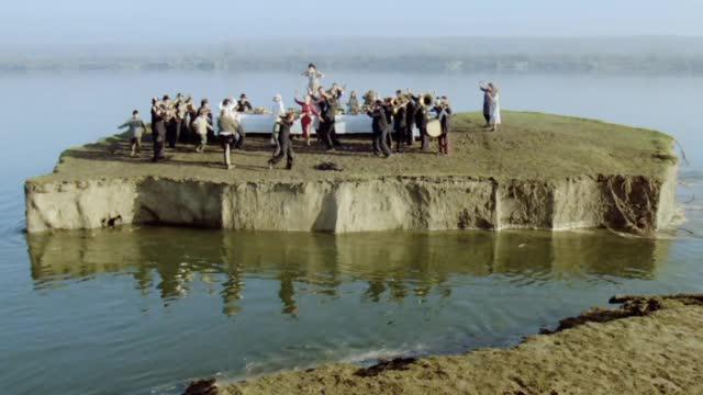 25年前的今天,库斯图里卡的《地下》在南联盟首映