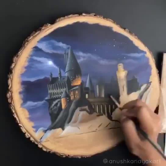 艺术家Anushka晒出她在木板上绘制霍格沃茨的视频