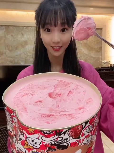 爱吃的洁婷北鼻阿:给弟弟买超大桶8斤重冰淇淋