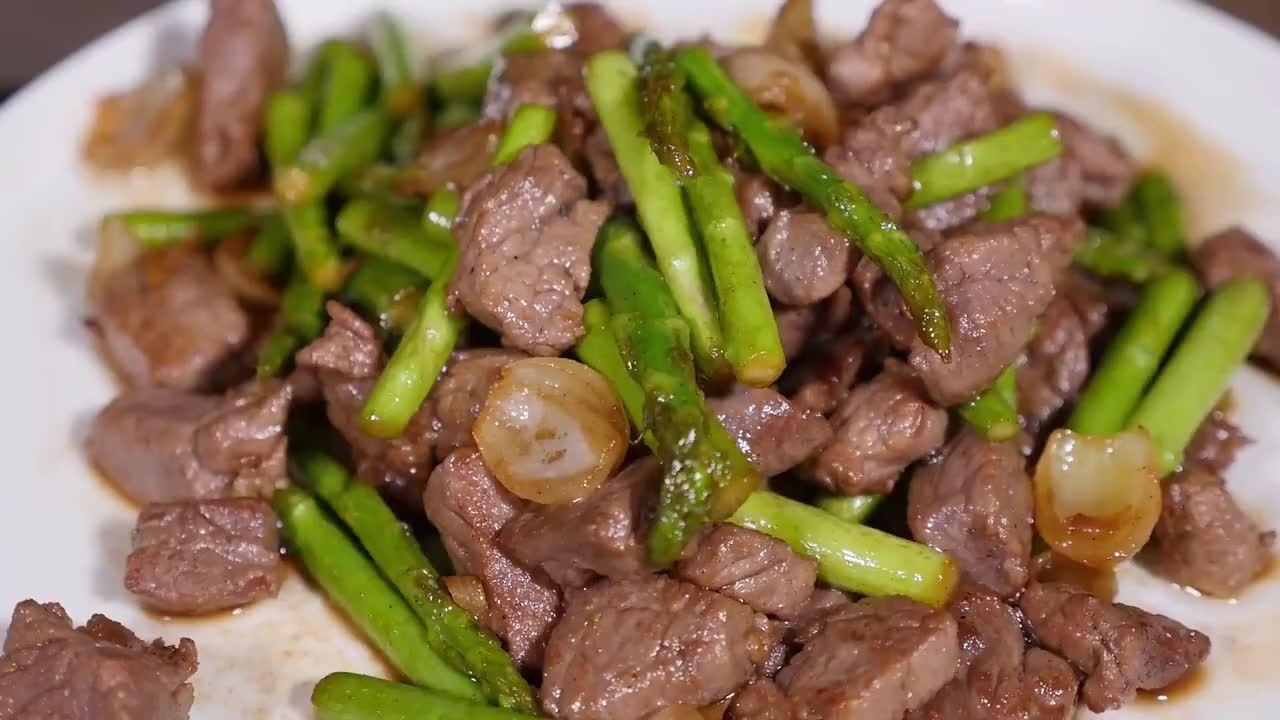 春天正是吃芦笋的好时候!大厨教你做芦笋炒牛肉粒:减脂健身必备