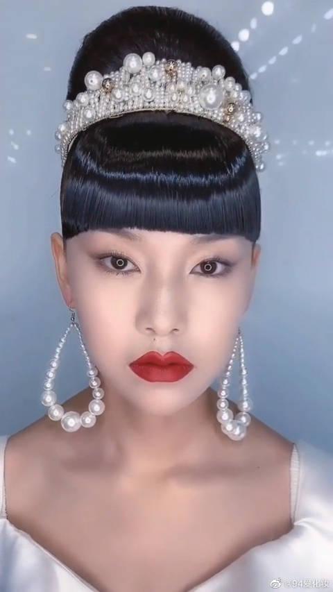 简单华丽的轻复古新娘妆,锅盖头是灵魂点睛?这是80年的流行妆容吧!