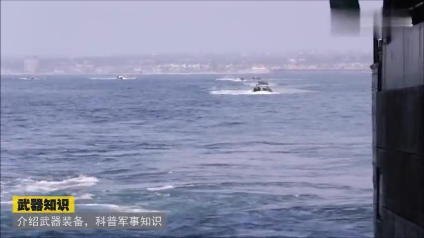 海军陆战队两栖突击载具驶入船坞登陆舰