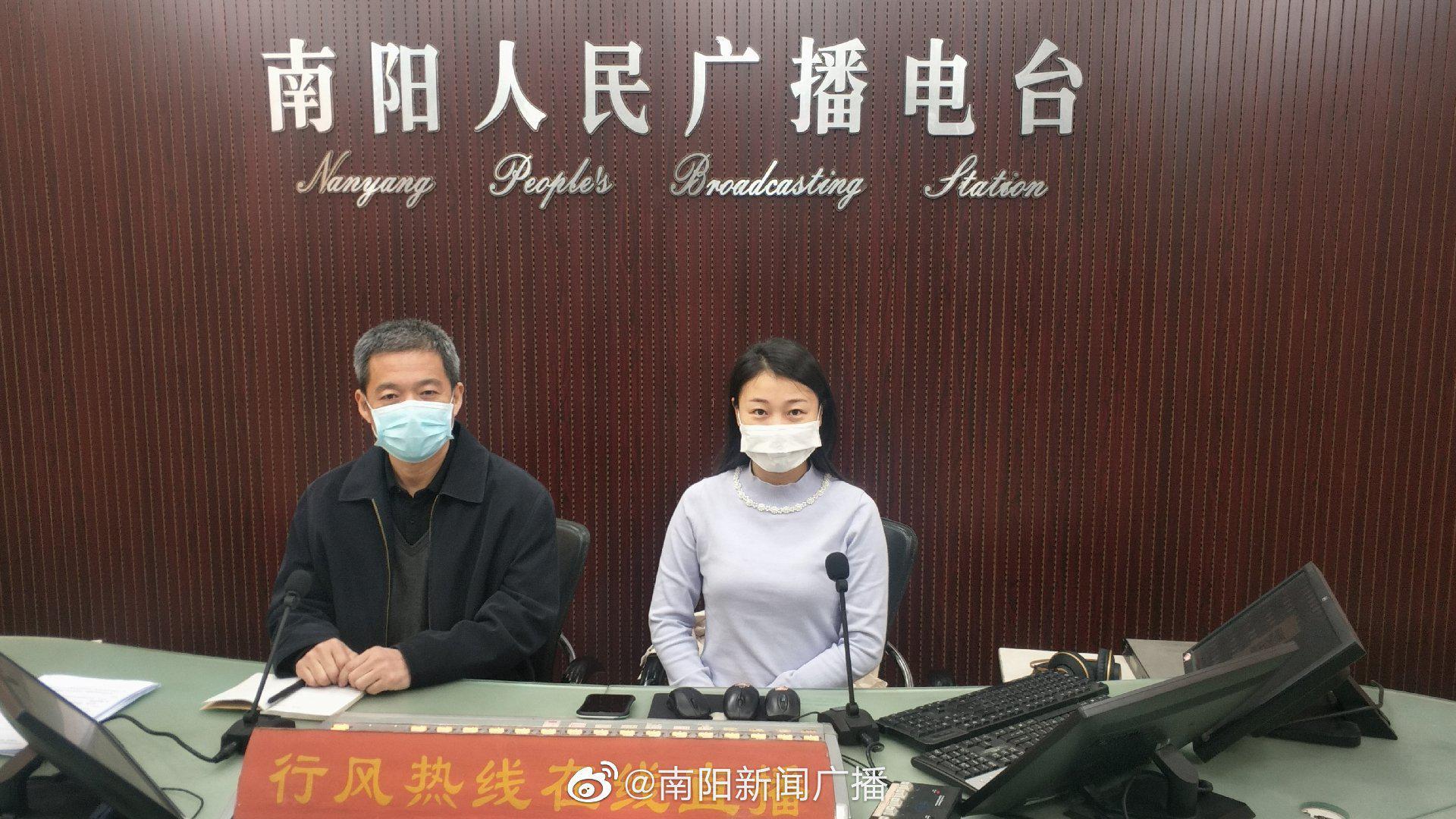 4月1日,南阳市司法局副局长谢清波带队值班行风热线与听众沟通交流
