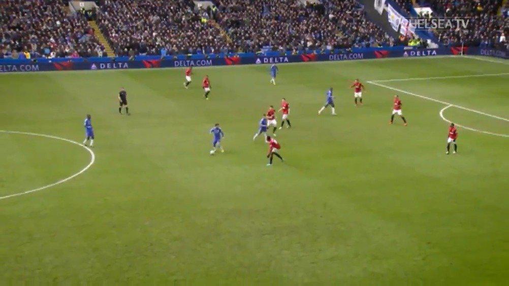 2013年的今天,登巴巴用这记牛逼的进球帮助切尔西在足总杯上淘汰曼联