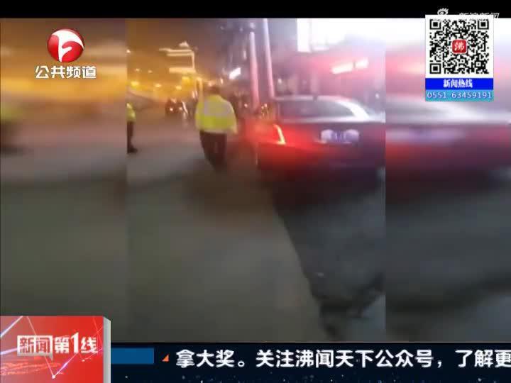 《新闻第一线》安徽:蚌埠——凯迪拉克连撞路边四根石柱  司机弃车逃逸