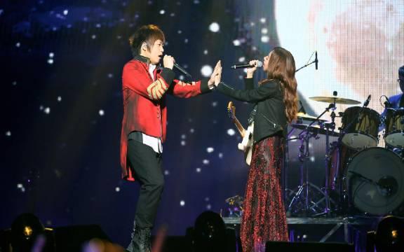 五月天、陈绮贞甜蜜合唱《私奔到月球》