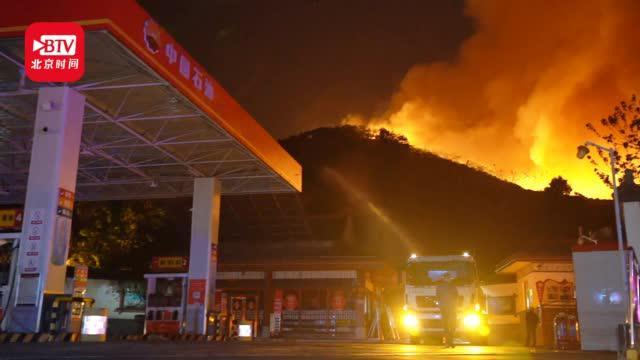 西昌山火复燃逼近一存油2万余升的加油站消防员连夜布防化解危机
