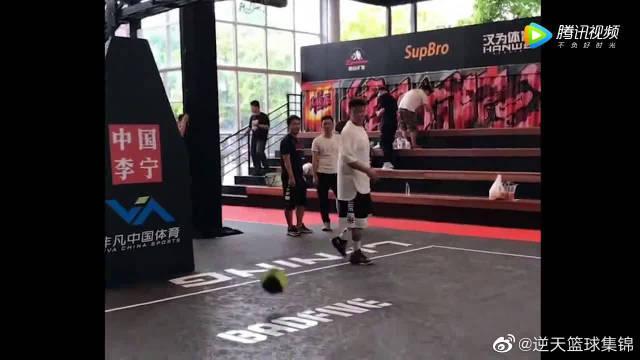 头盔哥经典街球动作,对控球能力较高,一般人很难做出来