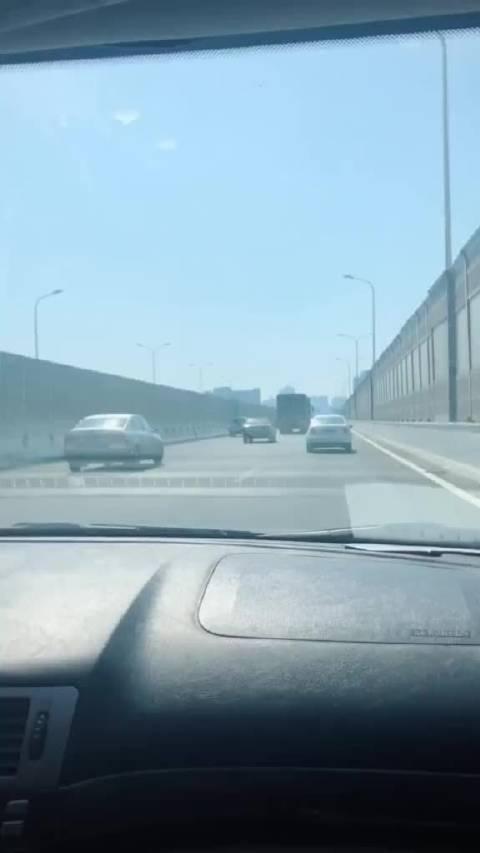 网友爆料:白天这点,大挂车都能上快速路了吗?