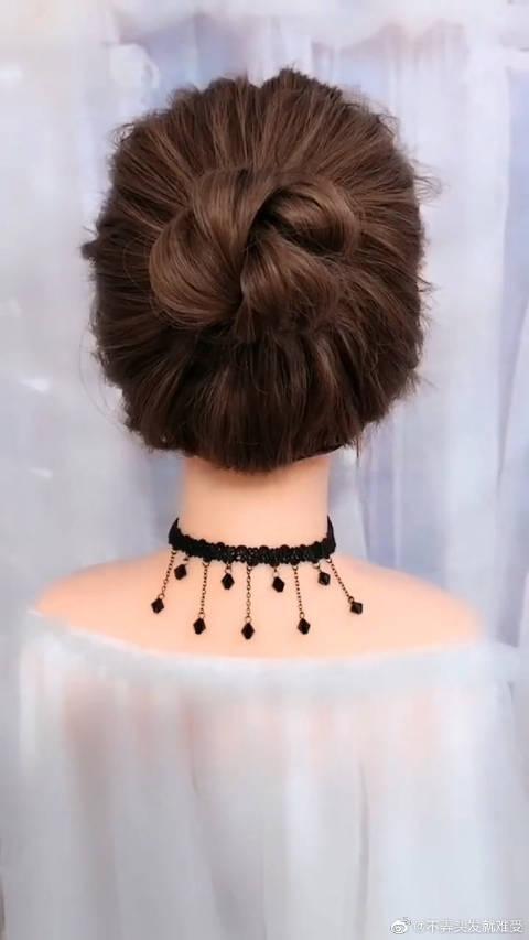 丸子头发型大多是在马尾辫的基础上,将头发拧成一股后再盘成圆盘状
