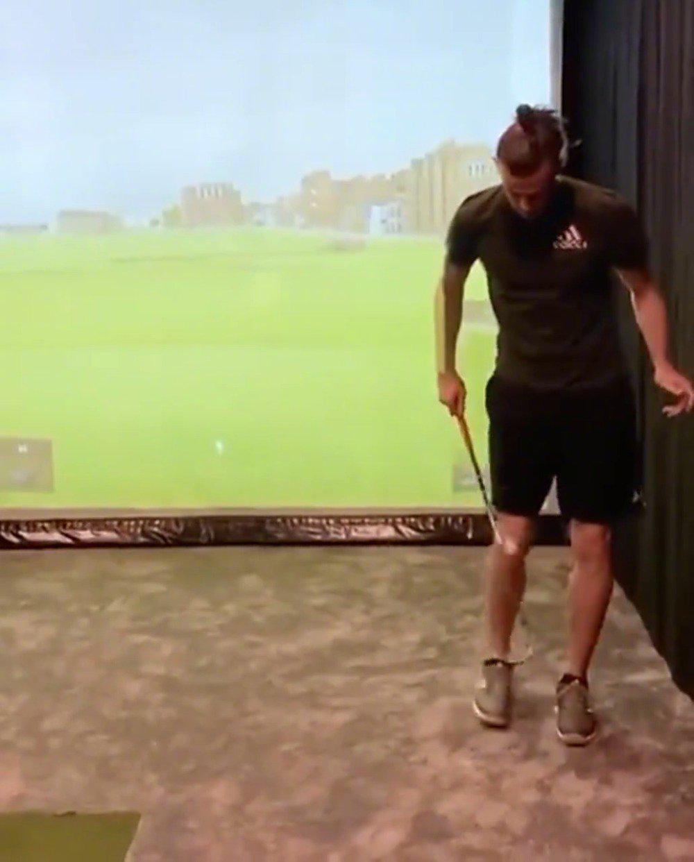 大圣有点东西啊,左脚踢球,右手拿球杆更多精彩视频:://t