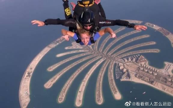 在迪拜7星级帆船酒店上空,美女体验高空极限跳伞!真的是吓人啊!