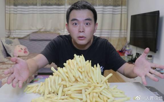 大胃王挑战3000大卡十份薯条,热量爆炸!这给咋运动才能回来啊!