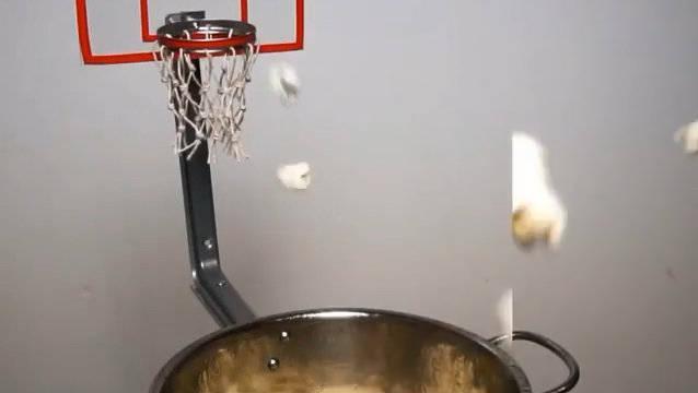 爆米花篮球,看得出在家真的很闲了