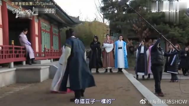 IU和伯贤打架花絮,哈哈哈哈哈哈,那群吃瓜观众,不打算帮忙嘛?