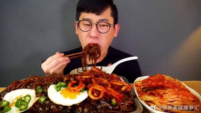 大胃王美食吃播,韩国小哥吃炸酱面炒鱿鱼辣白菜