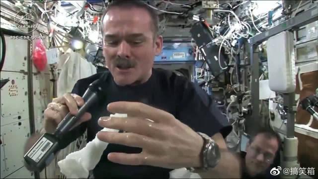 在没有重力的宇宙空间站中,拧一条带水的毛巾,会发生什么?