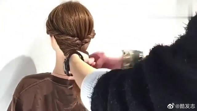 今年春夏有这款扎发发型就够了,简单大方又时髦!非常清纯有活力!