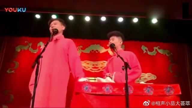 """孟鹤堂,周九良搞笑演绎""""飞板砖"""",超搞笑!"""