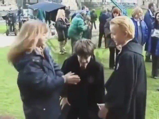 在《哈利波特》拍摄间隙,小演员们玩起了小游戏马尔福和赫敏玩超嗨
