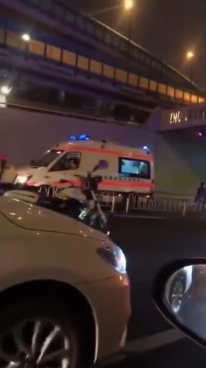 4月2日晚广州一公交车自撞隧道口,司机抢救无效身亡