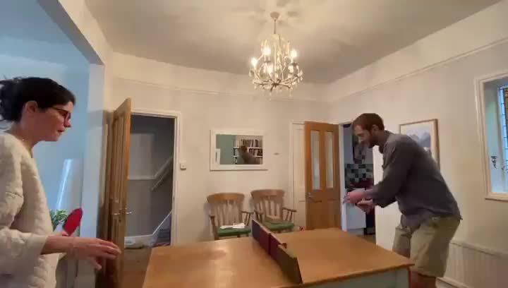 在客厅打乒乓球,无聊的时候,可以一起锻炼一下呀