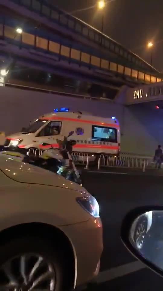 广州一公交车自撞隧道口,司机抢救无效身亡