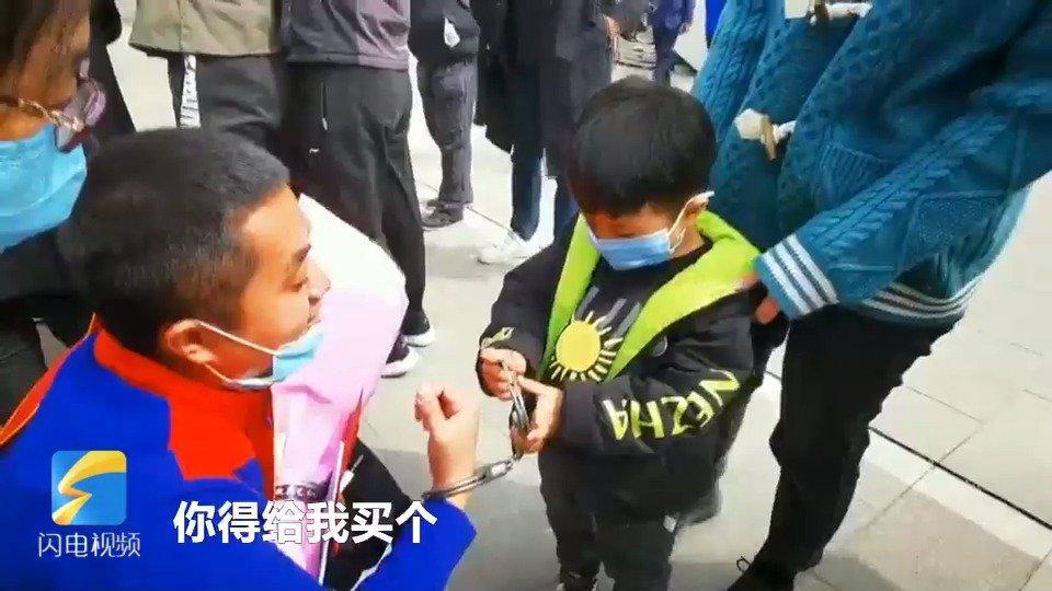 援鄂医疗队员回来被儿子戴手铐 4岁儿子:这样爸爸就不会走了