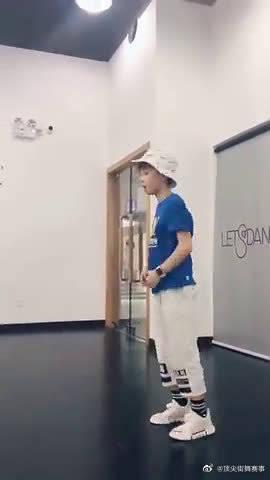 你们要的石悦安鑫来了,他这是跳的街舞吗?他长高了好多