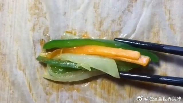 饺子皮也能做卷饼 搭配蔬菜这样做,好吃的不得了!
