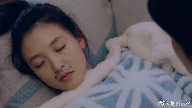 棠雪沙发上睡着,黎语冰临走在她额头深情一吻,要是没有这小胡子