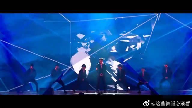 张艺兴现场嗨唱《BOSS》,模仿迈克尔杰克逊那段舞蹈帅炸了!