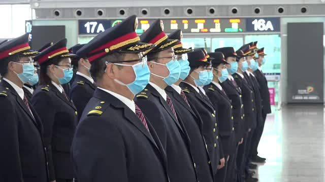 全中国默哀三分钟!西安北站默哀仪式旅客自发默哀