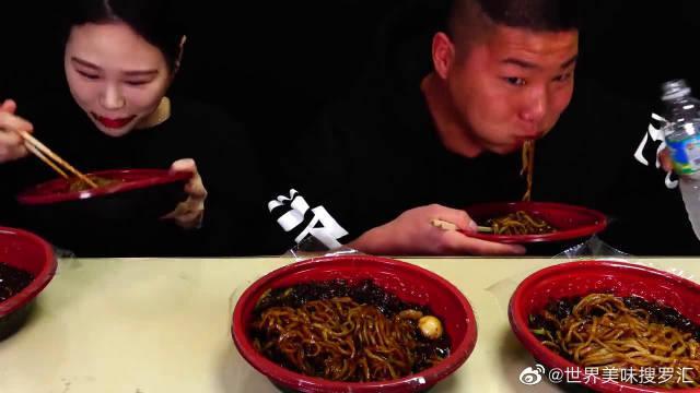 大胃王卡妹带弟弟炸酱面挑战,吃完一碗又一碗,超满足