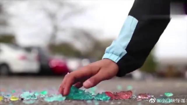 一脚踩碎发泡的水晶球是怎样的体验?